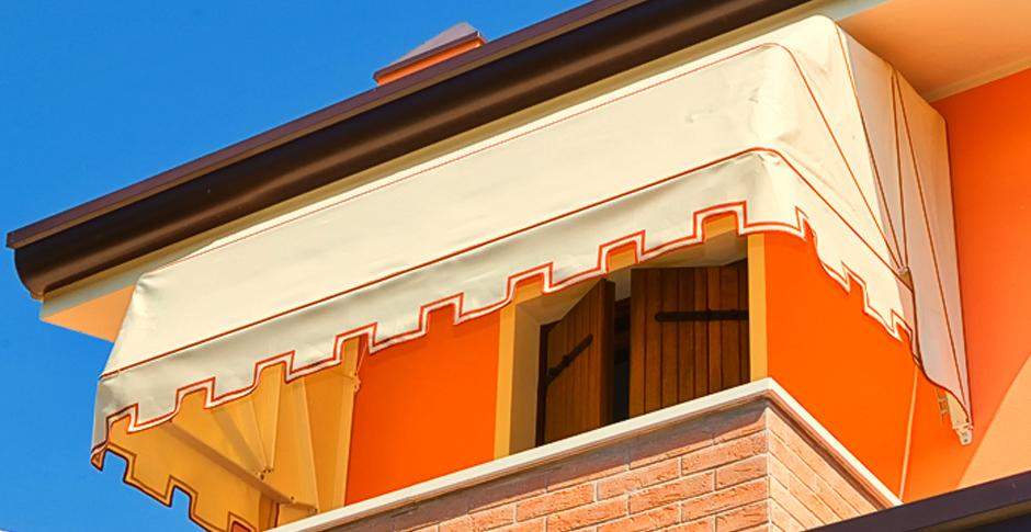 Tenda da sole copriporta a cappottina. Installazione ad Abano Terme e Montegrotto Terme.