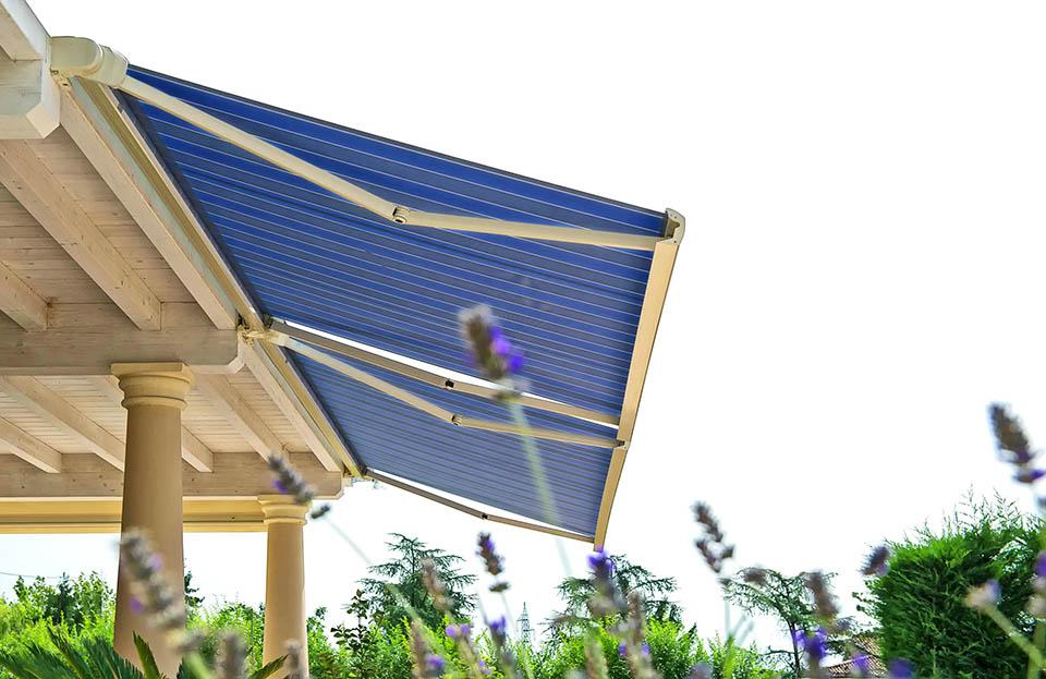 Novità 2017: nuova tenda da sole a bracci con cassonetto ermetico modello ITALA azionata a motore elettrico. Stameat srl
